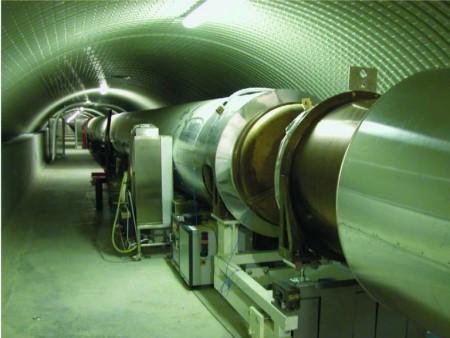 Les tunnels abritant les tubes sous vide dans lesquels transitent les faisceaux laser mesurent 3 kilomètres de long pour 1,2 mètre de diamètre.