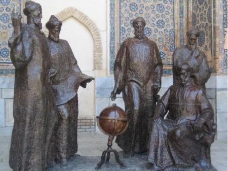 4.Statues modernes représentant Ulugh Beg entouré des astronomes Qadi-Zadeh, Al-Kashi et Ali-Qushji (Musée de Samarcande).