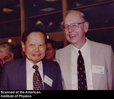 Les physiciens théoriciens Chen Ning Yang et Robert Mills. Yang a décroché le prix Nobel de physique pour ses travaux sur la violation de la parité en compagnie de Tsung-Dao Lee en 1957.