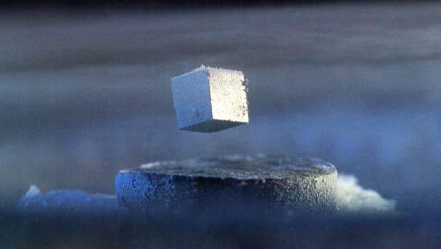 La supraconductivité se traduit par une résistance électrique nulle, ce qui peut conduire à des applications technologiques révolutionnaires telle que la lévitation magnétique. Malheureusement, les métaux ordinaires comme le mercure ne deviennent supraconducteurs qu'à des températures proches du zéro absolu (-273°C), ce qui rend leur usage trop coûteux en énergie. Toutefois, certains alliages peuvent devenir supraconducteurs aux températures usuelles. Cette découverte capitale a notamment valu le prix Nobel de physique 1987 à Bednorz et Müller.