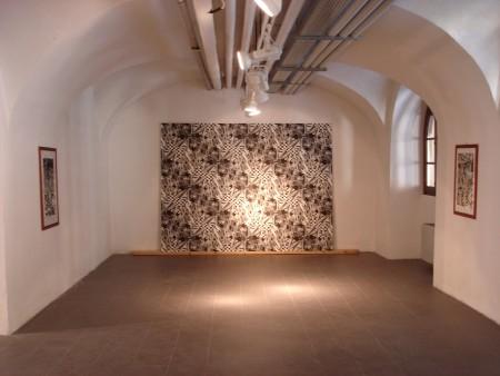 """Une des salles d'exposition du Collegio Cairoli avec, en fond, ma cosmosaïque """"Tiling 1""""."""