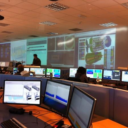 La salle de contrôle d'Atlas. C'est calme puisque c'est encore l'arrêt mais les physiciens se préparent au réveil du géant.