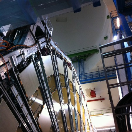 En haut, le puits par lequel sont arrivés tous les éléments du détecteur.